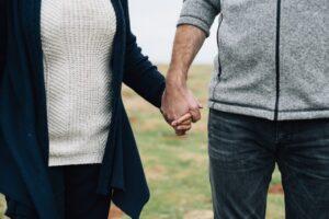 par holder i hånd