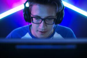 dreng spiller computerspil