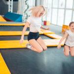 mor og datter hopper i trampolinpark