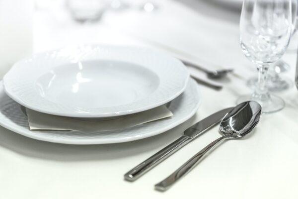 Normalt bestik ligger ved siden af tallerken