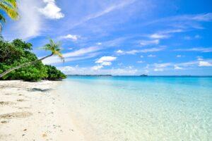 Hvid sandstrand med blåt klart vand