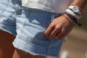 Person har armbånd og ur på om sommeren